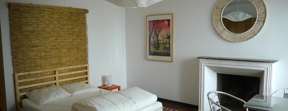 photo chambre - lit double - corsica-home.com - gîte vacances Corse plaine orientale